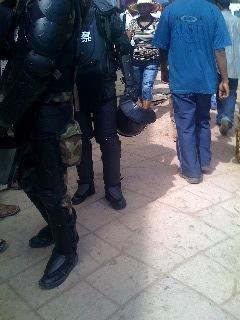 Policiers avec équipements de protection