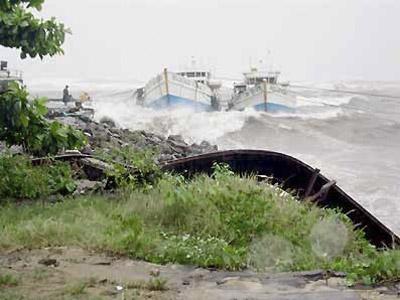 Bateaux ballotés par la tempête