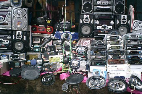 Vente sur le trottoir d'équipements audio
