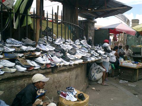 Vente de chaussures sur le trottoir